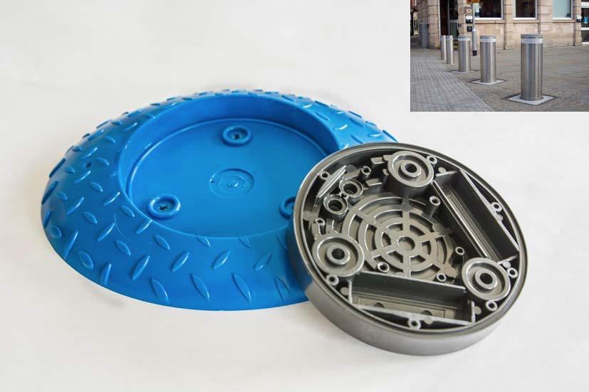 Due componenti realizzati in plastica blu e grigia