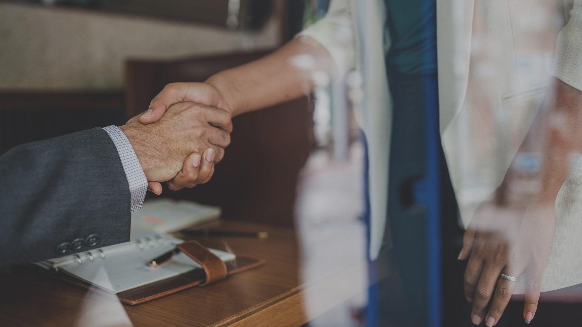 Stretta di mano tra due persone in affari