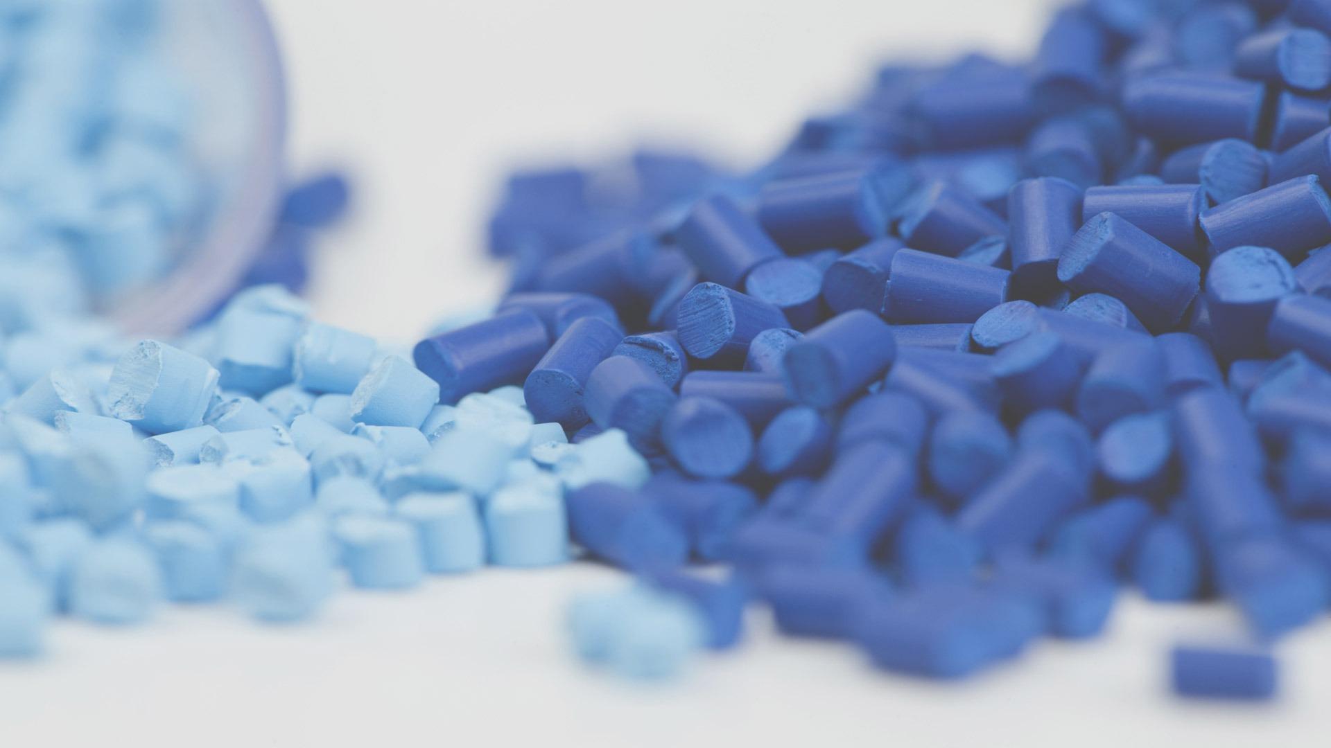 Vari granuli di plastica azzurra e blu