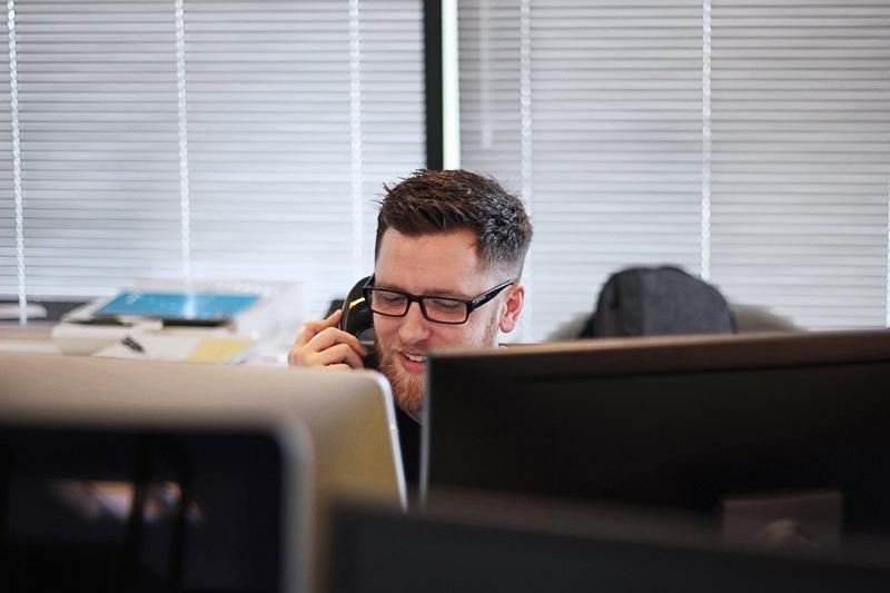 Impiegata al telefono in ufficio