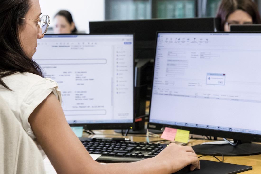 Impiegata al lavoro di fronte al computer